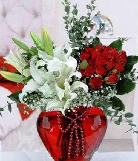 Kalp Şeklinde Vazoda Güller ve kazablanka