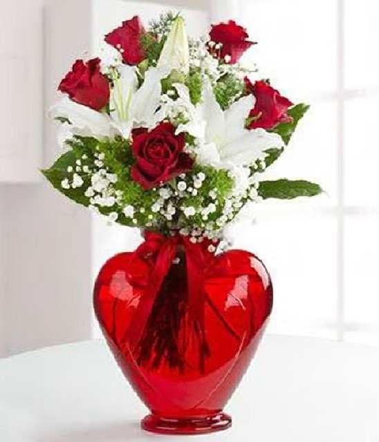 kırmızı kalp vazoda 5 gül ve kazablanka
